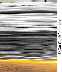 énorme, paperasserie, bois, haut, bureau, fin, pile