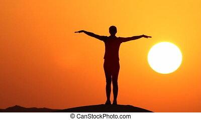 énorme, silhouette, pratiquer, yoga, sun.mov