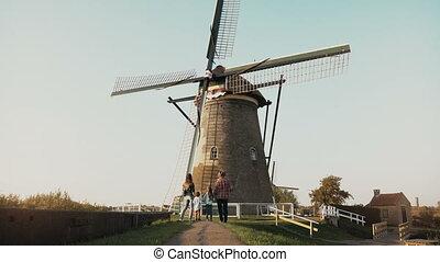 énorme, vieux, famille, gens, 4k., hollandais, dos, quatre, mill., surprenant, architecture, landmark., coup, vue., avant, vent, stand