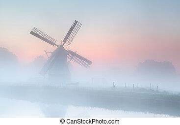 éolienne, dans, dense, brouillard, à, été, levers de soleil