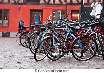 épület, bicikli, liget, piros háttér