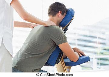 épaule, donner, homme, masage, kinésithérapeute