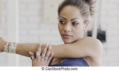 épaule, elle, étirage, jeune, afroamerican, gym., muscules, ...
