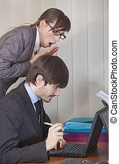 épaule, femme, sur, regarder, informatique, homme