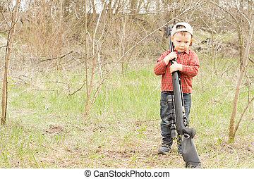 épaule, garçon, peu, sien, sur, tenue, fusil