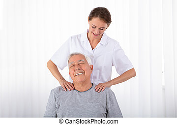 épaule, kinésithérapeute, personne agee, masser, homme