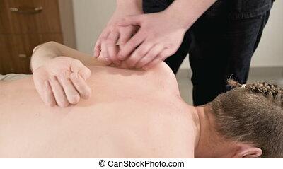 épaule, kinésithérapeute, thérapeutique, masseur, salle, étirage, jeune, main, hommes, mâle, masage, lames