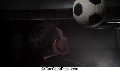épaule, sien, jeune, frapper, balle, parking., souterrain, football, homme