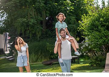 épaules, père, sien, fils, marche, porter, épouse, derrière