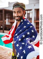 épaules, sien, drapeau, jeune, américain, africaine, homme souriant