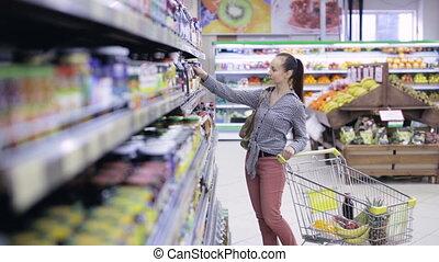 épicerie, achats femme, charrette nourriture, magasin