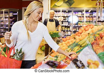 épicerie, femme, pommes, choisir, frais, magasin