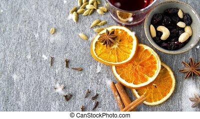 épices, vin, chaud, chauffé, tranches, raisins secs, orange