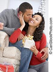 épouse, dons, affectueusement, échanger, noël, mari