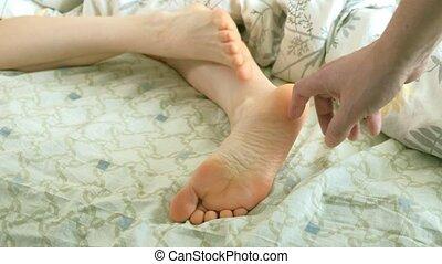 épouse, rigolote, sien, elle, réveille, haut, pieds, chatouillements, mari, aimer