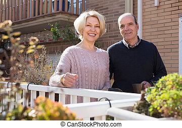 époux, personnes agées, patio