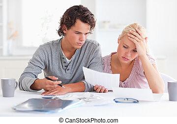 épuisé, couple, liste, dépenses