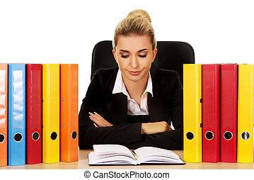 épuisé, femme affaires, derrière, classeurs, bureau