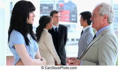 équipe, affaires conversation, sourire, ensemble