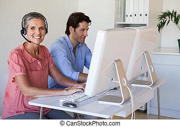 équipe, bureau, casque à écouteurs, ordinateurs, business, utilisation, fonctionnement, bureau occasionnel, femme