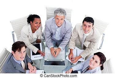équipe, business, multi-ethnique, élevé, réunion, angle