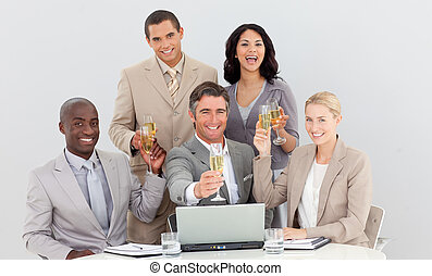 équipe, business, multi-ethnique, champagne, boire