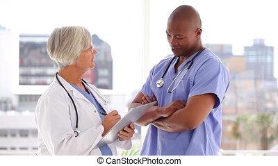 équipe, conversation, ensemble, sérieux, monde médical