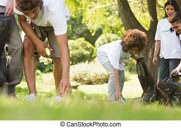 équipe, de, volontaires, prendre, literie, dans parc
