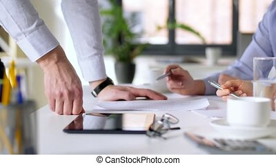 équipe, discuter, bureau, business, diagrammes