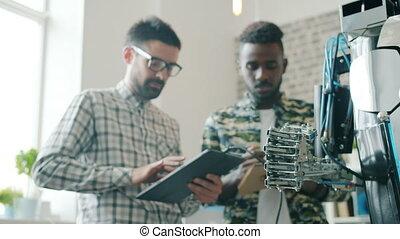 équipe, moderne, multi-ethnique, ordinateur portable, bureau, chercheurs, essayé, robot, être