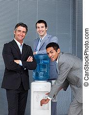 équipe, multi-ethnique, business, plus frais, eau