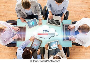 équipe, ordinateurs, nuage, business, calculer