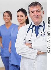 équipe, sien, docteur, armes traversés, infirmières