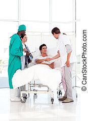 équipe soignant, assister, à, a, patient