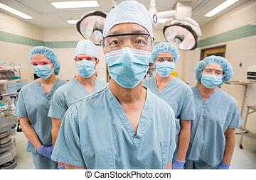 équipe soignant, debout, dans, opération, salle