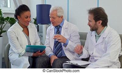 équipe soignant, trois, divan, médecins, assied, hôpital