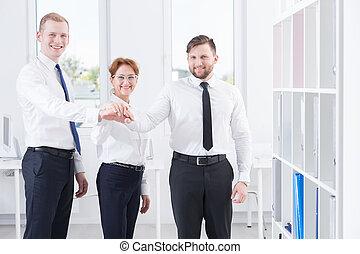 équipe, tenant mains