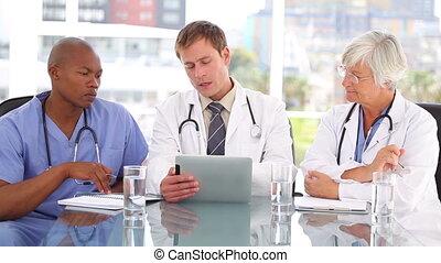 équipe, utilisation, sourire, pc tablette, ensemble, monde médical