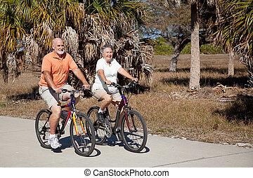 équitation bicyclette, couple, personne agee