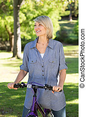 équitation bicyclette, femme, heureux