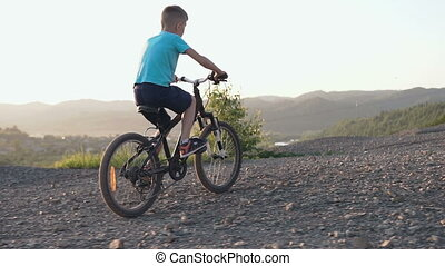équitation, montagneux, vélo tout terrain, coucher soleil, noir, route, promenades, arrière, jeune, été, vue, garçon, area., enfant, banlieues, cycling.