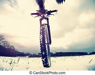 équitation, route, temps, bike., hiver, glissant, champ, neige, extrême, fin, vue, mountine