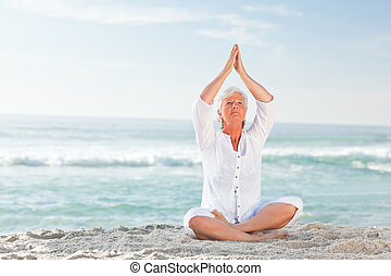 érett, jóga, gyakorló, tengerpart, nő