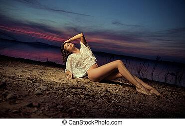 érzéki, barna nő, szivi, fekvő, a földön