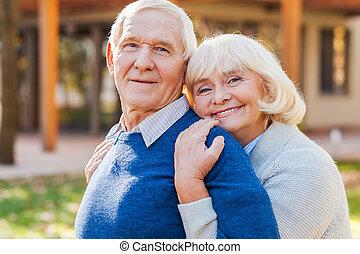 érzés, páncélszekrény, közel, him., boldog, senior összekapcsol, kötés, fordíts, egymást, és, mosolygós, időz, álló, szabadban, és, előtt, -eik, épület