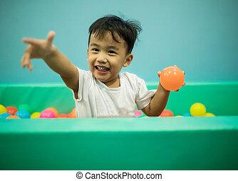 érzelem, labda, szín, játék, ázsiai, boldogság, gyerekek, pocsolya