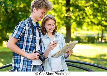 été, appareil-photo., ville, voyages, nature., map., jeune, téléphone, regarder, application, téléphone., route, tenant mains, type, touristes, intelligent, girl.