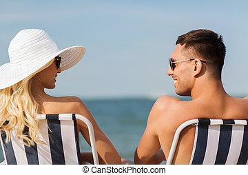 été, bains de soleil, chaises, couple, plage, heureux