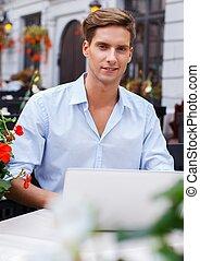 été, beau, ordinateur portable, jeune, café, homme