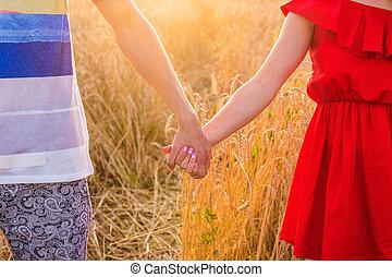 été, blé, couple, ensoleillé, jeune, champ, tenant mains, close-up., jour